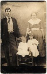 """Vintage family: great grandparents and children"", de Freeparking"