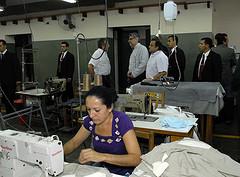 """""""Fernando Lugo recorriendo las instalaciones de la fábrica textil"""", de Fernando Lugo APC"""