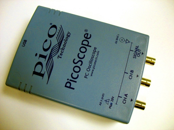 """PicoScope 2203 front"", d'Uwe Hermann, al Flickr, http://www.flickr.com/photos/uwehermann/5364456883/"