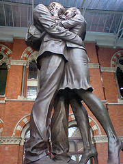 """Kiss statue at St Pancras"", de victoriapeckham (David Sim), al Flickr"