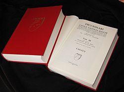 Uns volums del Diccionari català-valencià-balear, imatge de la Viquipèdia