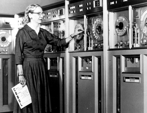 """Grace Hopper in 1952"", de miss Karen, Flickr"