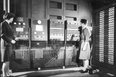 Les programadores Jean Jennings Bartik (esquerra) i Frances Bilas Spence (dreta) i l'ENIAC