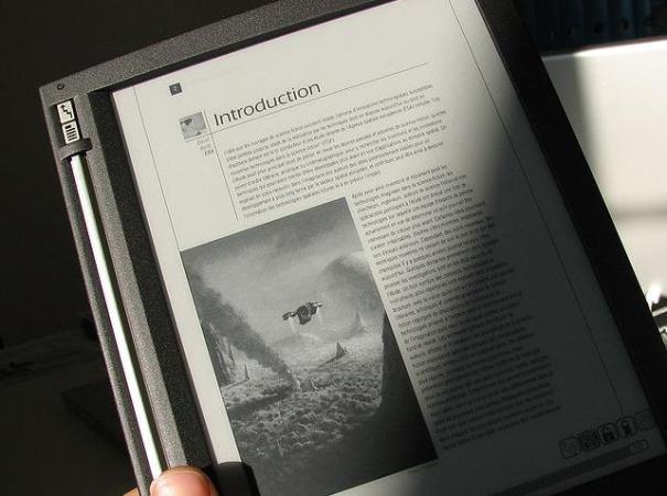 """Light and shadow on an Irex iLiad ebook reader. Electronic paper. Electrophoretic display"", de Martouf, Viquipèdia"