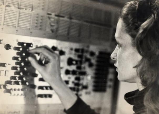L'Éliane Radigue treballant amb el sintetitzador ARP 2500