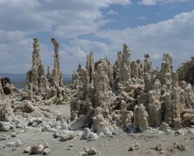 Toves (tufes). Particulars construccions de carbonat càlcic característiques del llac Mono