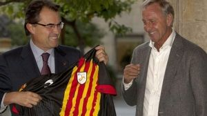 Cruyff-entrega-camiseta-seleccion-catalana_112000145_2917382_1706x960